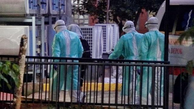 Berbaju Hazmat, Petugas RSPI Turunkan Wanita dari Ambulans Kebayoran Baru (67350)
