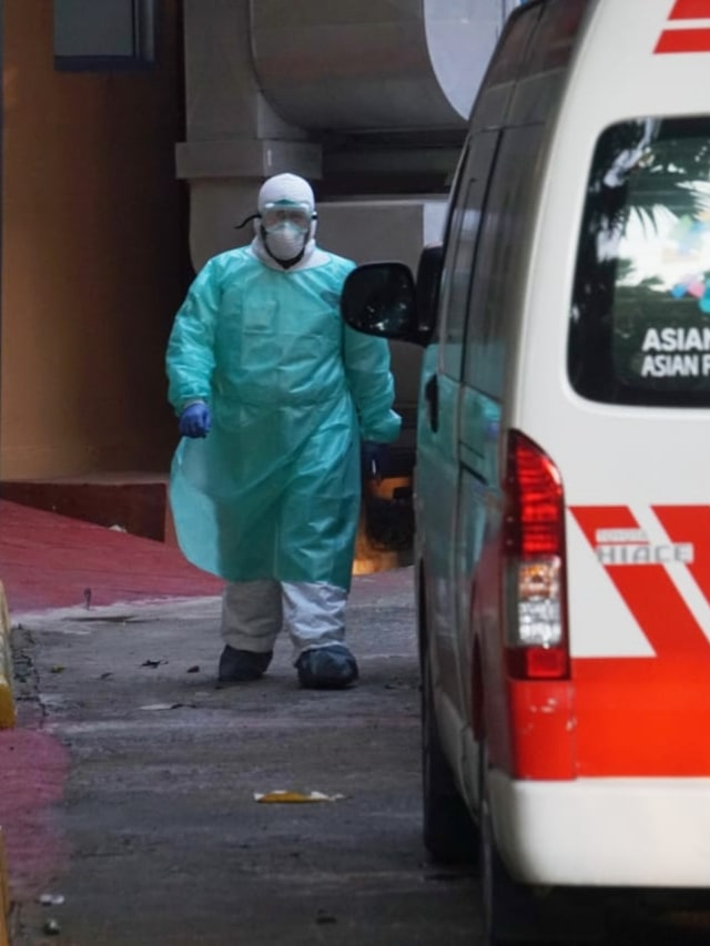 Berbaju Hazmat, Petugas RSPI Turunkan Wanita dari Ambulans Kebayoran Baru (67349)