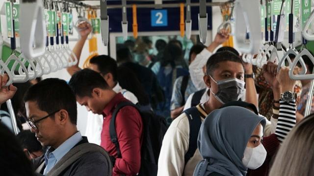 penumpang MRT gunakan masker