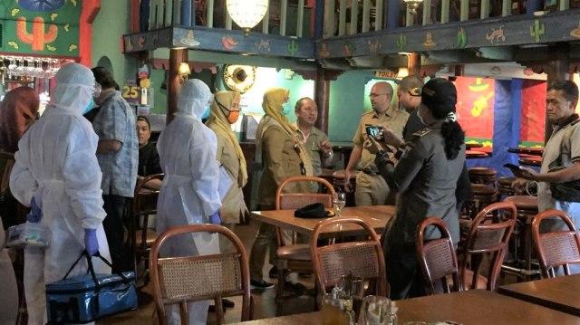 petugas gelar sterilisasi di Restoran Amigos