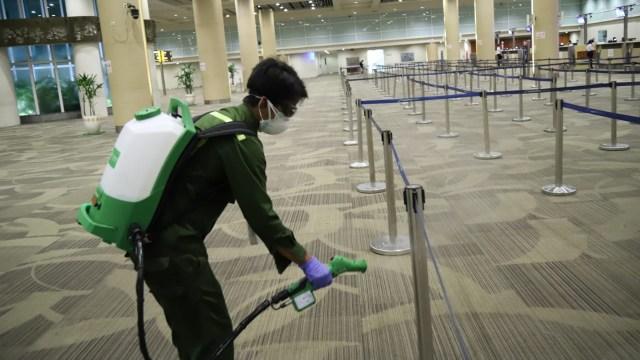 Penyemprotan disinfektan di bandara ngurah rai