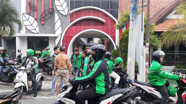Aksi solidaritas ojol di Jalan Wahid Hasyim, Yogyakarta.