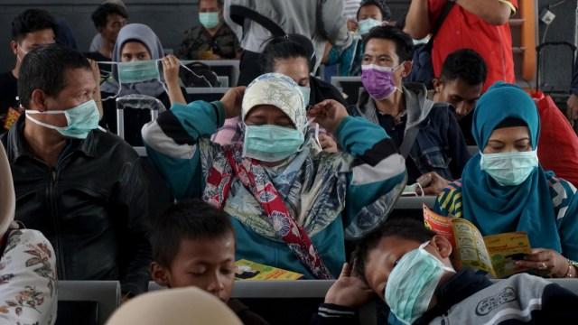 Sosialisasi Bahaya Virus Corona di Stasiun Senen