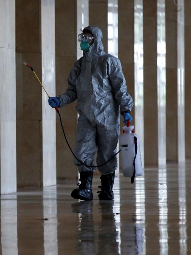 PTR-Penyemprotan disinfektan Masjid Istiqlal