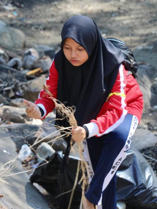 Foto: Gotong Royong Bersihkan Sampah di Pantai Ulee Lheue, Banda Aceh (484)
