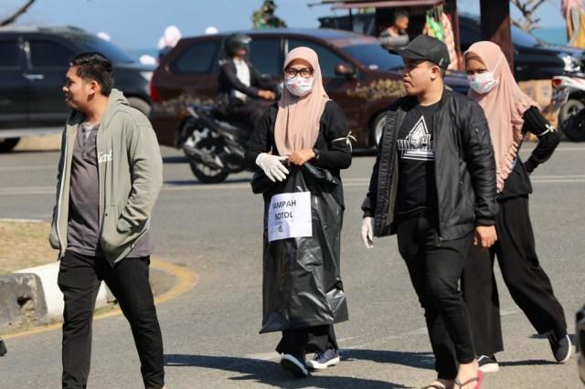 Foto: Gotong Royong Bersihkan Sampah di Pantai Ulee Lheue, Banda Aceh (485)