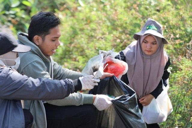 Foto: Gotong Royong Bersihkan Sampah di Pantai Ulee Lheue, Banda Aceh (487)