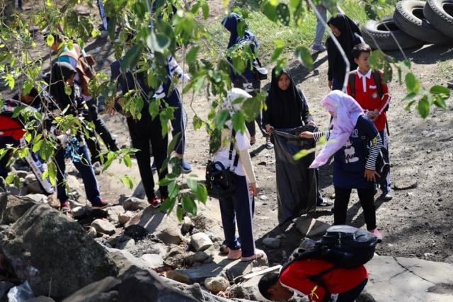 Foto: Gotong Royong Bersihkan Sampah di Pantai Ulee Lheue, Banda Aceh (488)