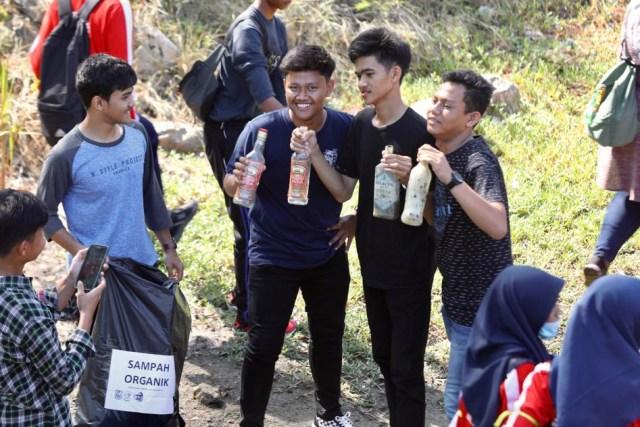 Foto: Gotong Royong Bersihkan Sampah di Pantai Ulee Lheue, Banda Aceh (489)