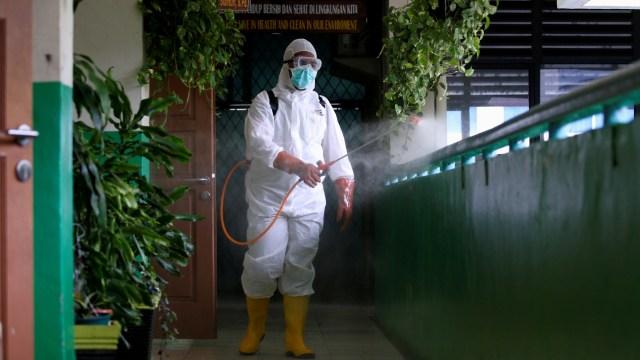 Penyemprotan Disinfektan di Sekolah