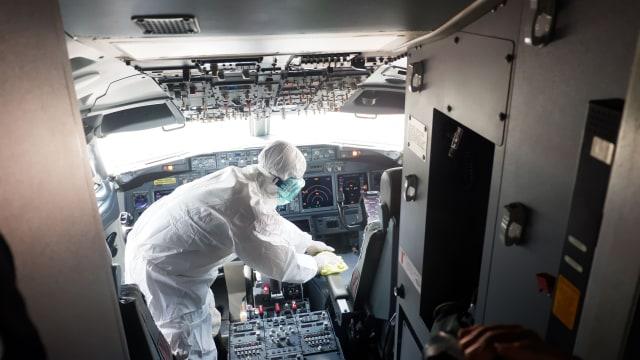 Penyemprotan disinfektan di pesawat Lion Air