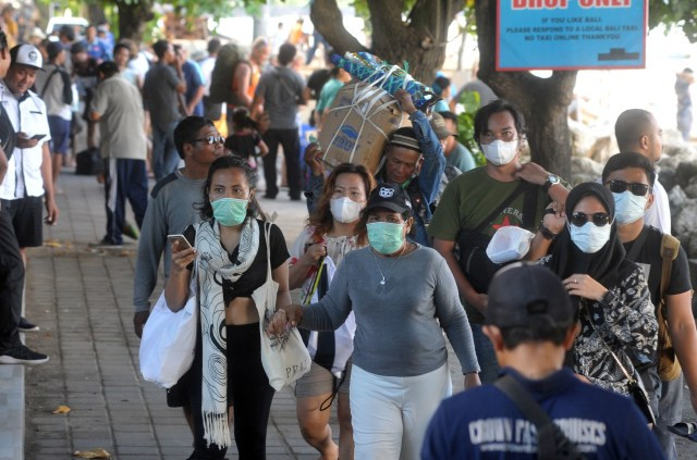 Ilustrasi wisatawan mengenakan masker