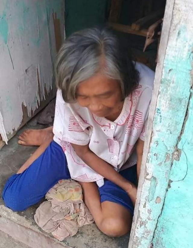 Kisah Pria di Sumbar Boyong Ibunya yang Lumpuh Setiap Hari ke Tempat Kerja (860724)