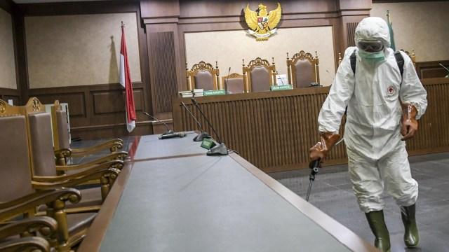 Foto: Penyemprotan Disinfektan di Pengadilan Negeri Jakarta Pusat |  kumparan.com