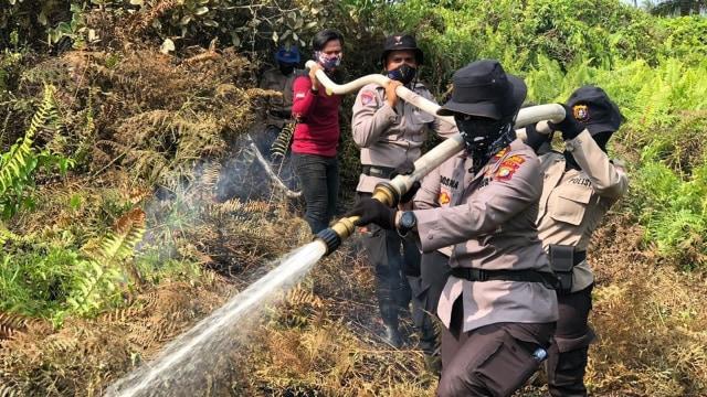 Viral, Video Tiga Polwan di Riau Seminggu Padamkan Api di Lahan Gambut (75213)