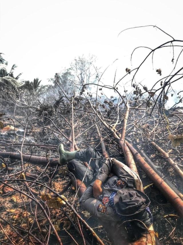 Viral, Video Tiga Polwan di Riau Seminggu Padamkan Api di Lahan Gambut (75215)