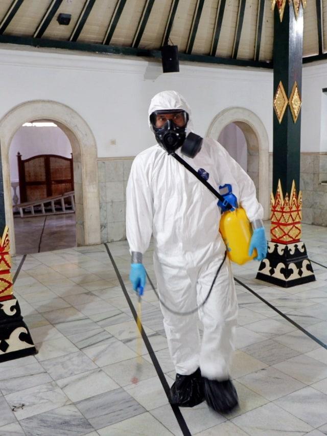 PTR- Masjid Sultoni Kepatihan disemprot disinfektan