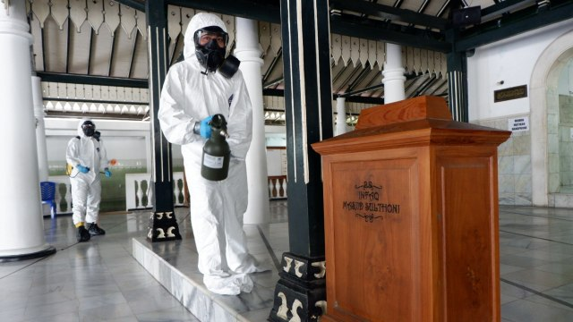Masjid Sultoni Kepatihan disemprot disinfektan