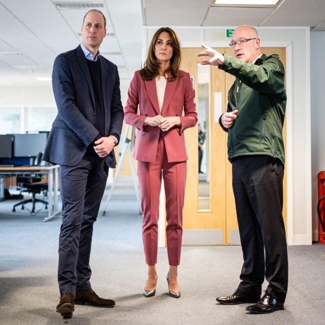 Tampil Serba Pink, Kate Middleton Kunjungi Staf yang Menangani Corona (44)