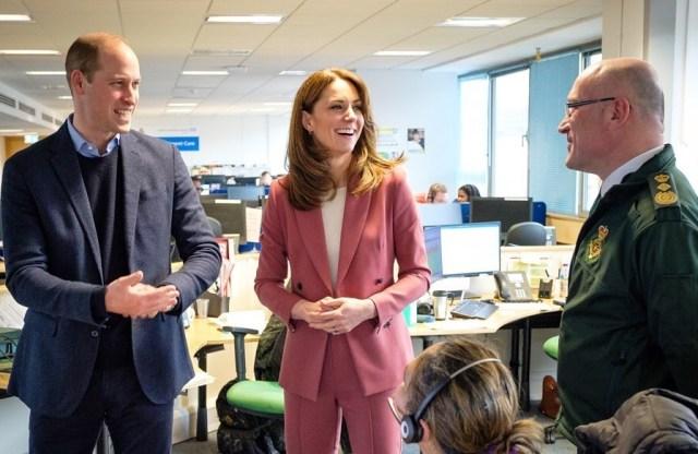Tampil Serba Pink, Kate Middleton Kunjungi Staf yang Menangani Corona (43)