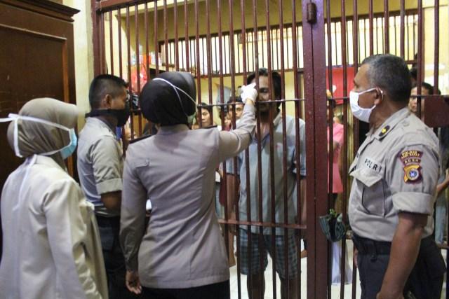 Antisipasi Corona, Polresta Banda Aceh Cek Suhu Tubuh Tahanan.jpg
