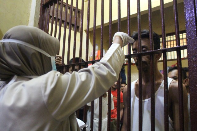 Polresta Banda Aceh Cek Suhu Tubuh Tahanan untuk antisipasi corona.jpg