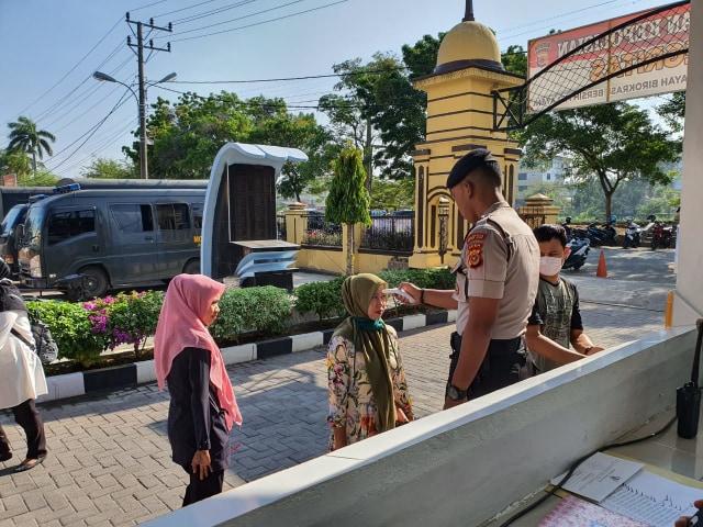 Polresta Banda Aceh Cek Suhu Tubuh Tamu.jpeg