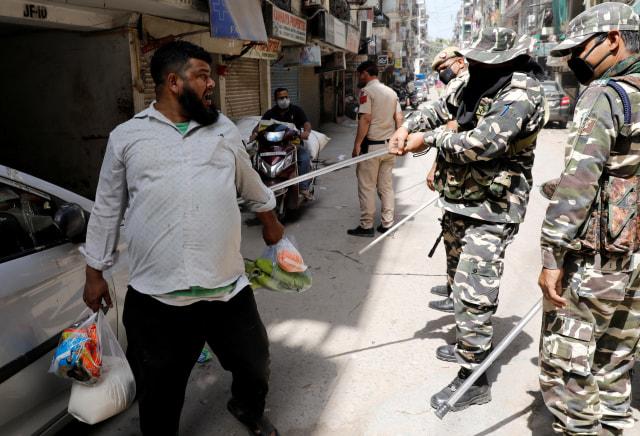 Pukuli Warga dengan Kayu, Cara Brutal Polisi India Tegakkan Lockdown (862852)