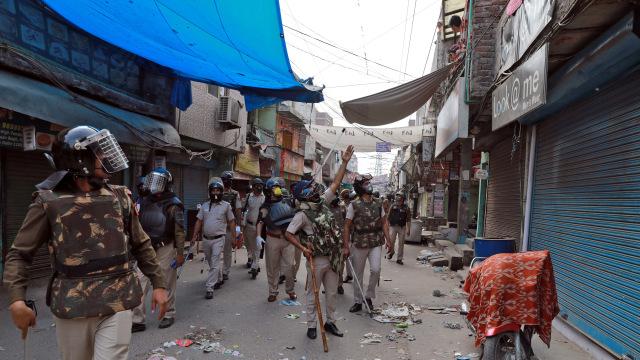 Pukuli Warga dengan Kayu, Cara Brutal Polisi India Tegakkan Lockdown (862853)