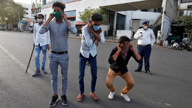 Pukuli Warga dengan Kayu, Cara Brutal Polisi India Tegakkan Lockdown (862854)