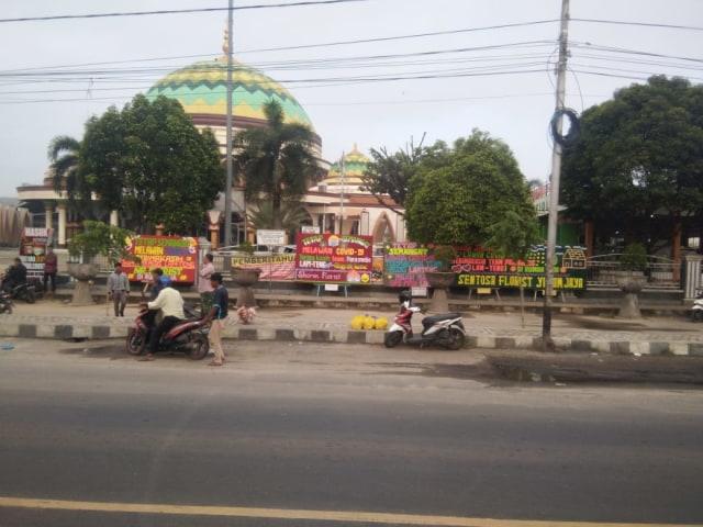 Halaman Masjid Istiqlal Lamteng Banjir Karangan Bunga Ucapan Semangat Paramedis (3116)