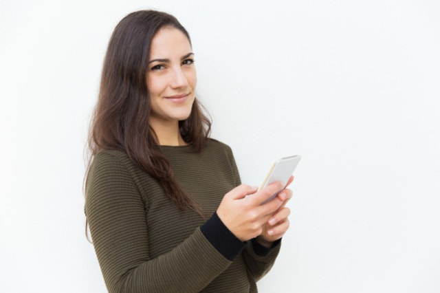 content-smiling-latin-woman-holding-cellphone_74855-2716.jpg