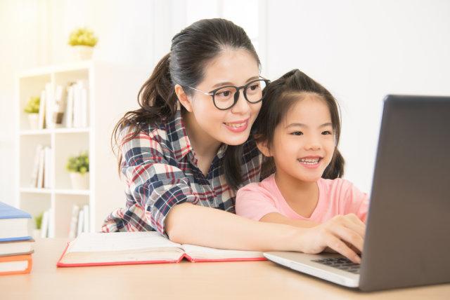 Ibu dan anak belajar dari rumah