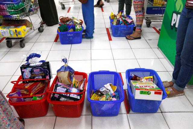 Pembatasan pengunjung supermarket di Tiptop, Depok