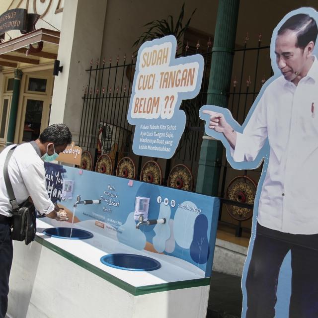 Warga mencuci tangan di area cuci tangan publik-1:1