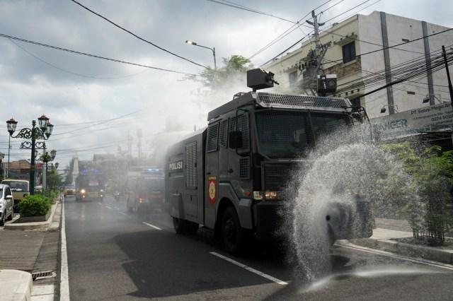 Polda Metro Jaya Semprot Disinfektan Kawasan GBK hingga Kota Tua (20646)