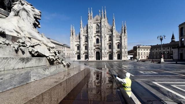 Foto: Penyemprotan Disinfektan di Alun-alun Kota Milan (32254)