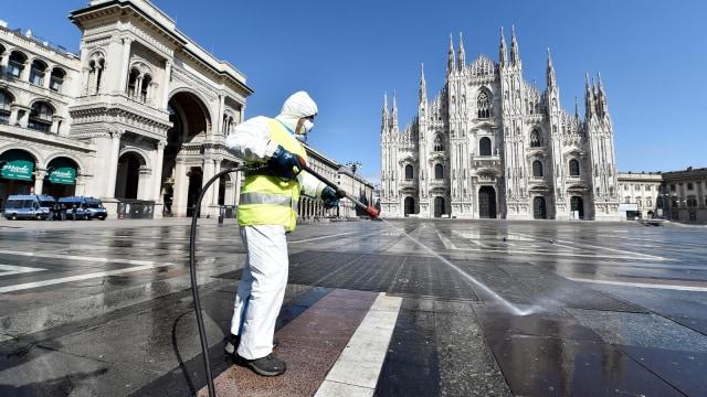 Foto: Penyemprotan Disinfektan di Alun-alun Kota Milan (32251)