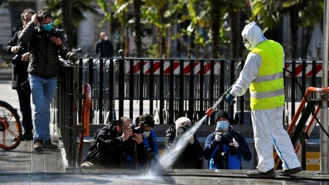 Foto: Penyemprotan Disinfektan di Alun-alun Kota Milan (32250)