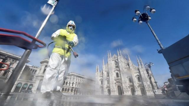 Foto: Penyemprotan Disinfektan di Alun-alun Kota Milan (32253)