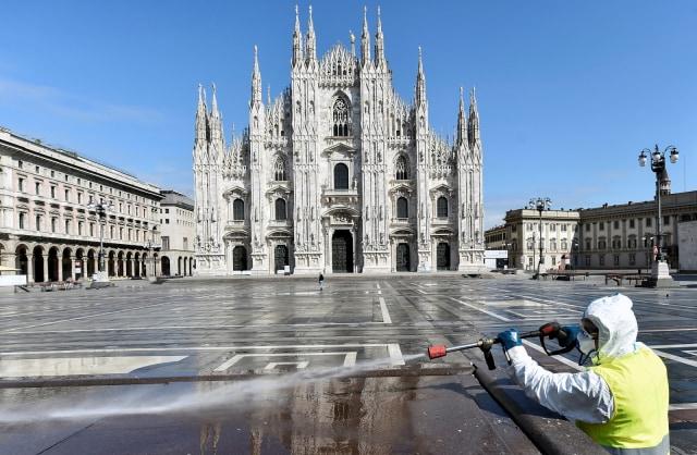 Foto: Penyemprotan Disinfektan di Alun-alun Kota Milan (32252)