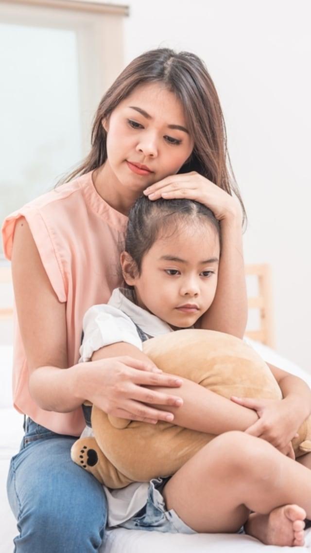 PTR - Ilustrasi ibu memeluk anak yang sedih dan kecewa