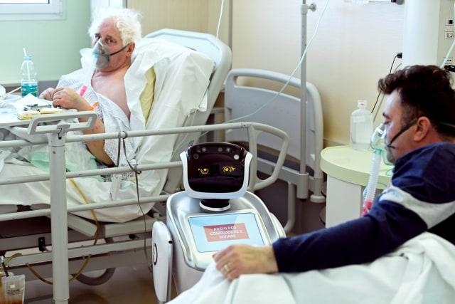 Robot bantu rawat pasien di Italia