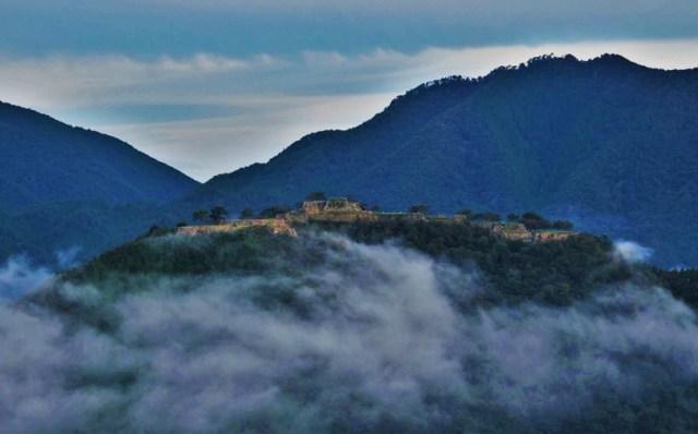 Intip Reruntuhan Kastil Kuno di Atas Awan yang Dijuluki Machu Picchu-nya Jepang (78944)