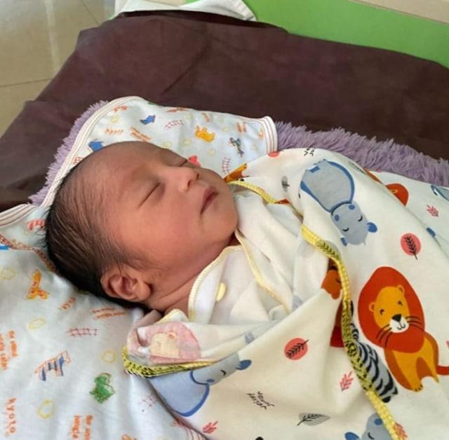 5 Potret Menggemaskan Aden Arliando, Anak Mandra 'Si Doel' yang Baru Lahir (572325)
