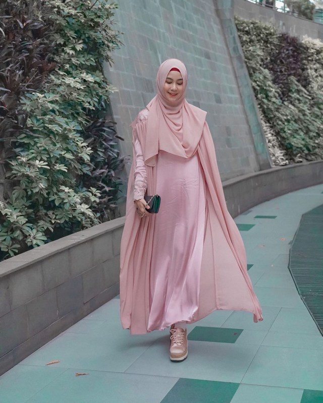 Tampil Feminin 7 Gaya Hijab Dengan Gamis Ala Anisa Rahma Kumparan Com