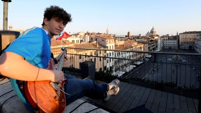 Foto: Penampilan Musisi Jacopo Mastrangelo di Tengah Keheningan Kota Roma (321142)