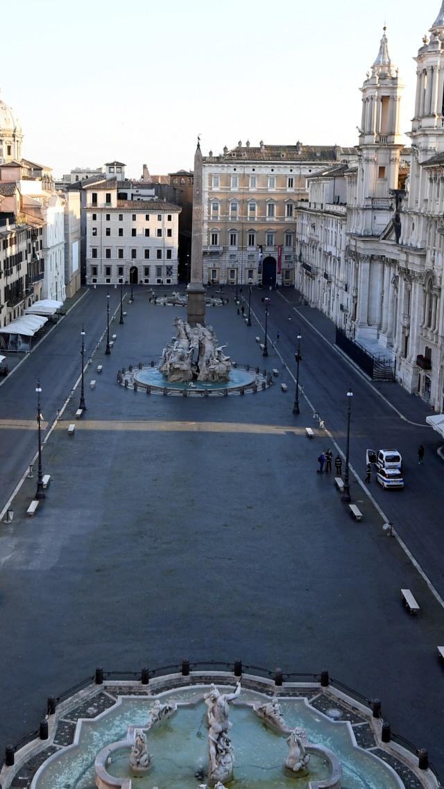 Foto: Penampilan Musisi Jacopo Mastrangelo di Tengah Keheningan Kota Roma (321141)