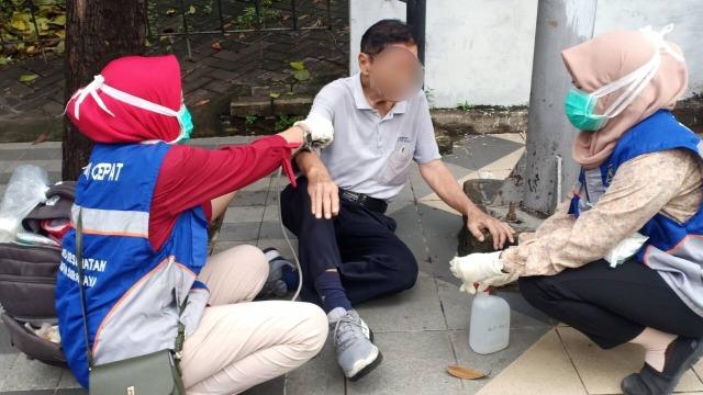 Viral Lansia Kesakitan dan Terjatuh di Trotoar Surabaya, Tak Ada ...