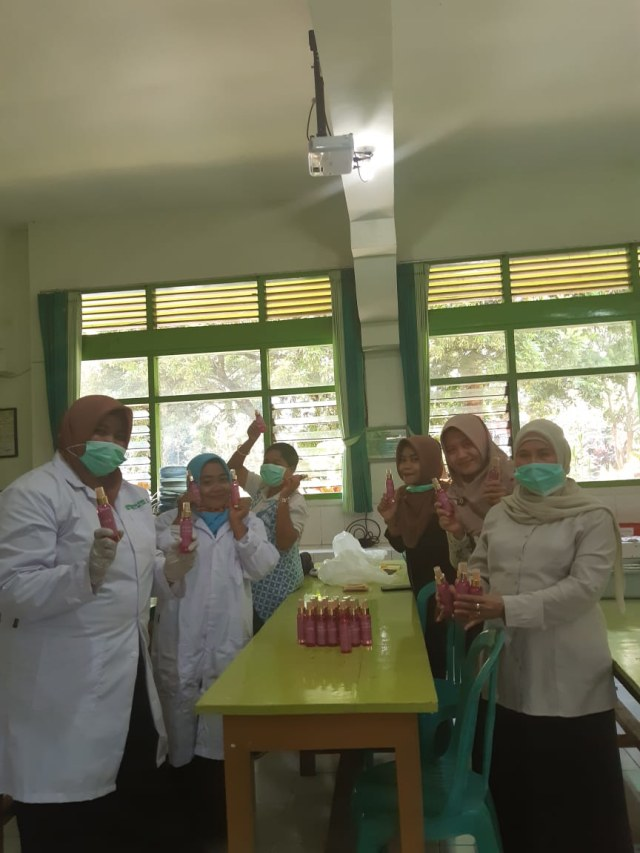 Sumbangsih SMAN 6 Malang, Bagikan Gratis Hand Sanitizer Buatan Sendiri (757293)